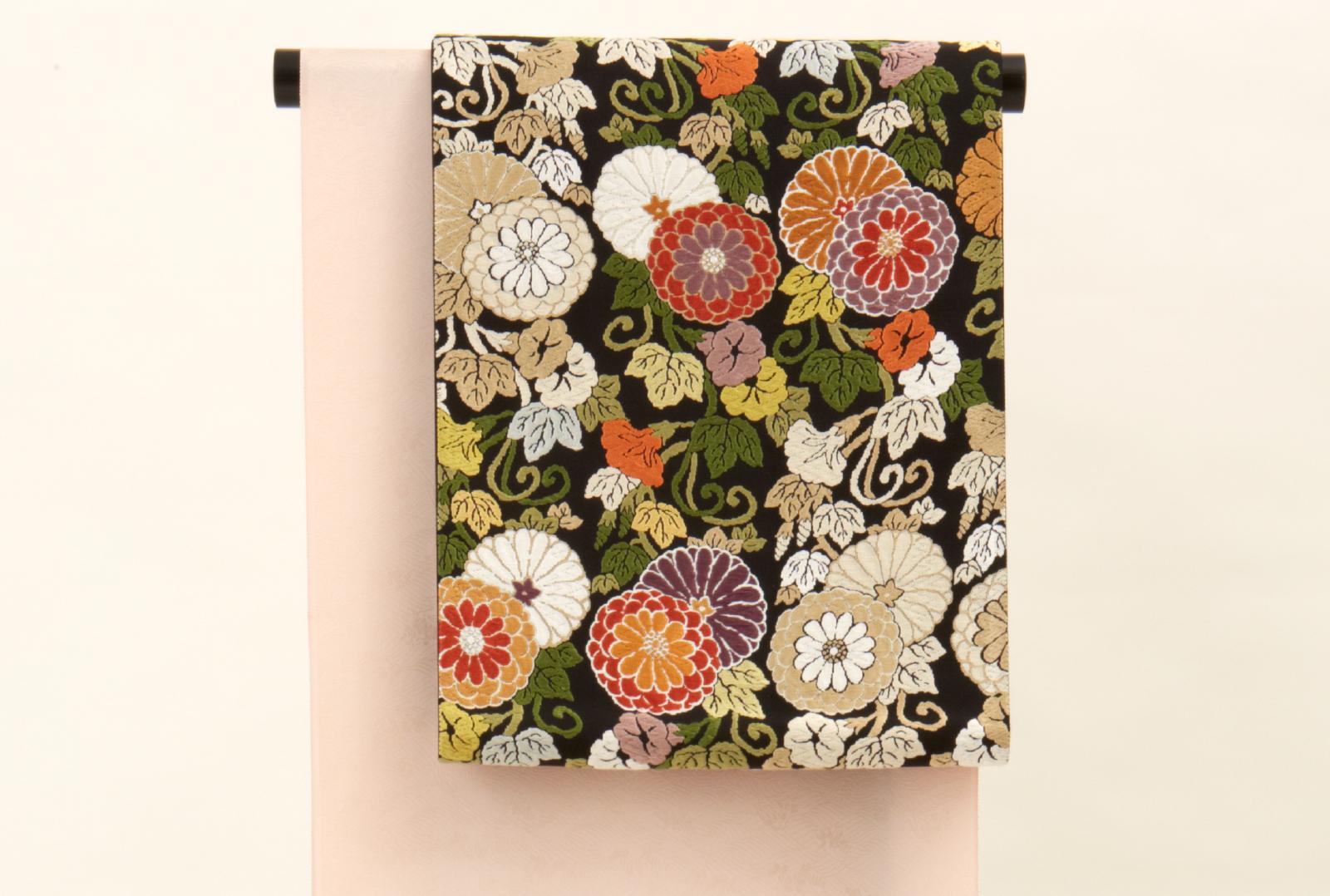 黒地に色とりどりの菊が華やかな袋帯